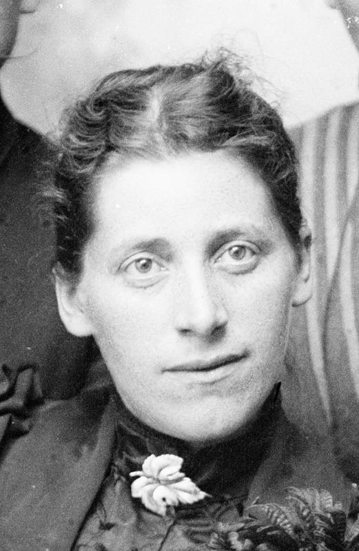 Dette utsnittet viser Inga Sofie Torjusen. Motivet i det ubeskårne fotografiet er familien Torjusen. Fotografiet er naturligvis tatt i atelieret til E. H. Torjusen. Cirka 1885. Foto: E. H. Torjusen, DFF-EHT0076.