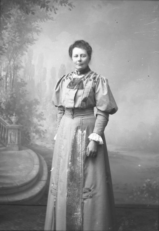 Fig 1. Helfigurportrett av Julie Lund. Portrettet er sannsynligvis tatt i atelieret til fotograf Berg i Florø, en gang mellom 1904-1908. Foto: Julie Lund/ MUST-Stavanger maritime museum.