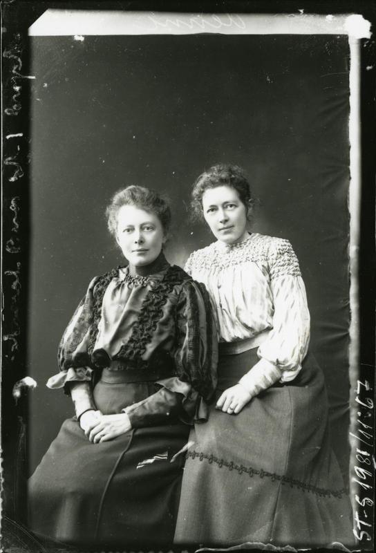 Fig. 2: Søstrene Julie og Dagny Lund ca. 1900-1910. Foto: Julie Lund/ MUST-Stavanger maritime museum.