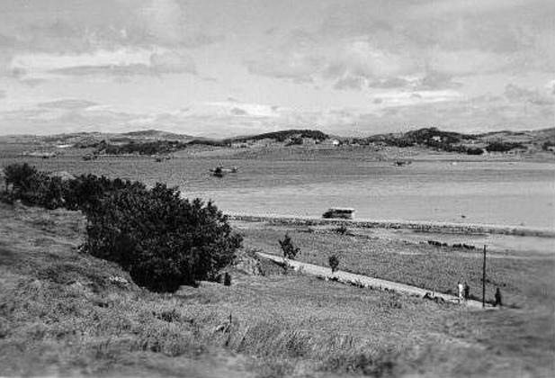 Sola mai-juni 1940, mekanikere på vei til Sola Sjø. Det er enda ikke fylt masse på innsiden av den nye veien til sjøflyhavna.