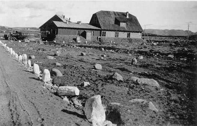 Forus april 1940. Tysk sove- og oppholdsbrakke kamuflert som gårdstun med løe og bolighus.