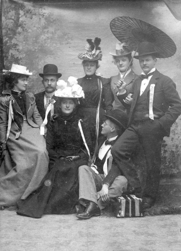 Her er en gruppe fotografert i atelieret i 17-mai stas. Fotografiet er datert til ca. 1900. Fra venstre: Kaia Hauge, Johannes Haga, Birgitte Enes, Petra Enes, Jens Kyvig, Magnhild Hytten og Sigvald Lie. Fotografiet er signert Søstrene Jansens Eftf. Det er usikkert hva som ligger i dette firmanavnet. Fotografiet kan være tatt av C. W. Monrad, som hadde atelier i Amlies hus 1901-1914. Han skal ha tatt firmanavnet Søstrene Jansens Eftf. En annen mulighet er at Kristofa Jansen Grøn brukte dette firmanavnet i en liten periode før hun skiftet navnet til Kristofa Jansen Grøn. Arkivreferanse: MHB-F.000280.