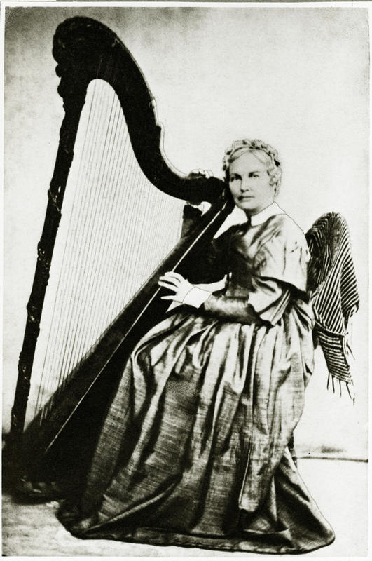 Illustrasjon 2: Dette portrettet av Johanne Marie Garmann med harpe er uvanleg. Kanskje var det bevisst at sjalet på stolen skulle etterlikna englevenger. Sidan portrettet er bevart som eit seinare reprofotografi, er det vanskeleg å tidfesta dette. Arkiv: PA nr. 1, Anders Bærheims arkiv, Statsarkivet i Stavanger.