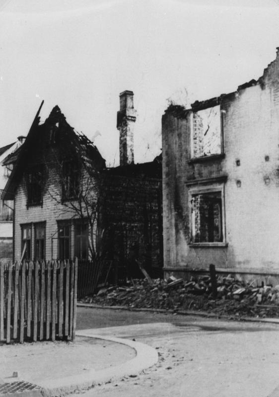 Flere hus ble totalskadet etter at det britiske flyet ble skutt ned over Storhaug skole.
