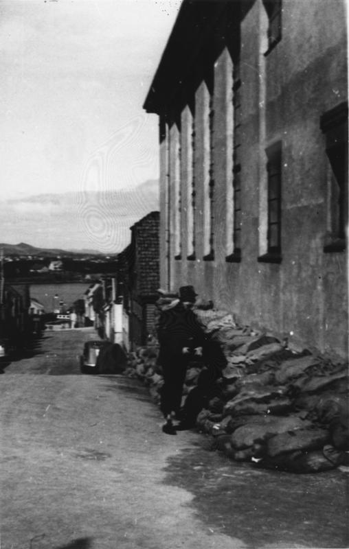 Sandsekker ved Pinsemenighetshuset Zion øverst i Langgata.