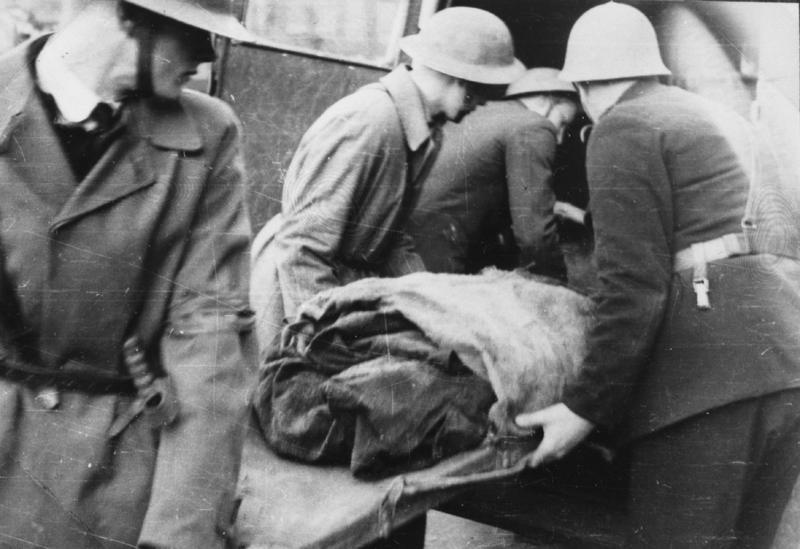 Liket av en britisk soldat blir kjørt bort fra Storhaug skole.