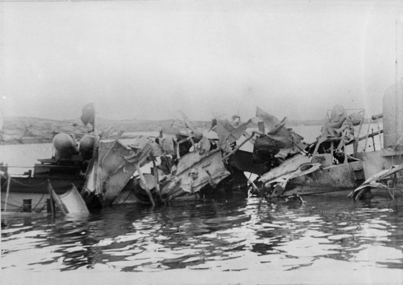 """Torpedojageren """"Ægers"""" midtparti etter tysk luftangrep."""