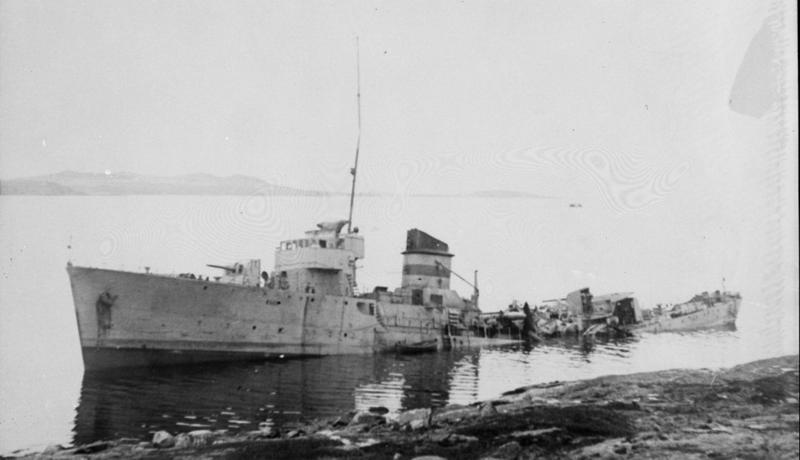 """Torpedojageren """"Æger"""" landsatt ved Hundvåg etter angrepet fra tyske fly."""