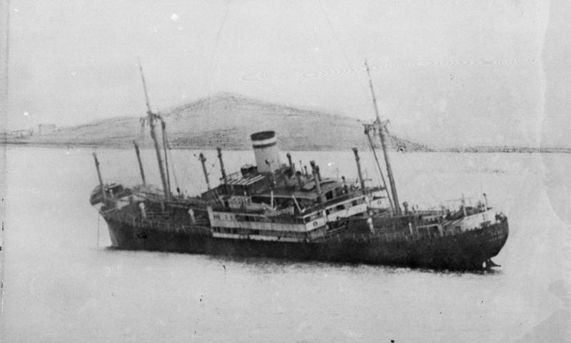 """Det tyske skipet D/S """"Roda"""" etter torpedering av den norske torpedojageren """"Æger""""."""