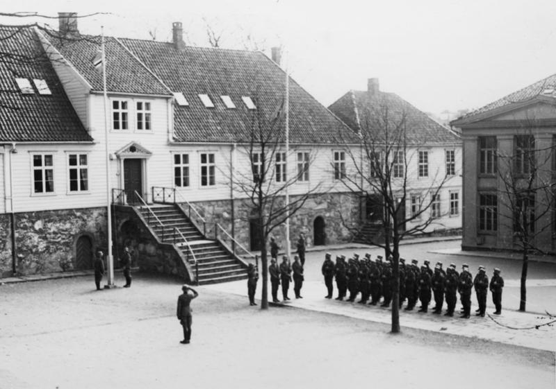 Tyske soldater heiser nazistenes flagg på Stavanger Katedralskole.