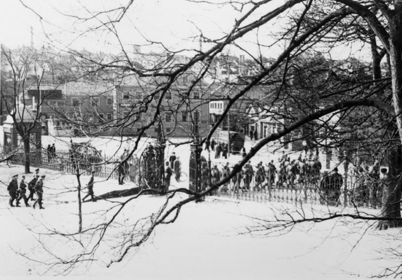 Tyske soldater marsjerer mot torget.