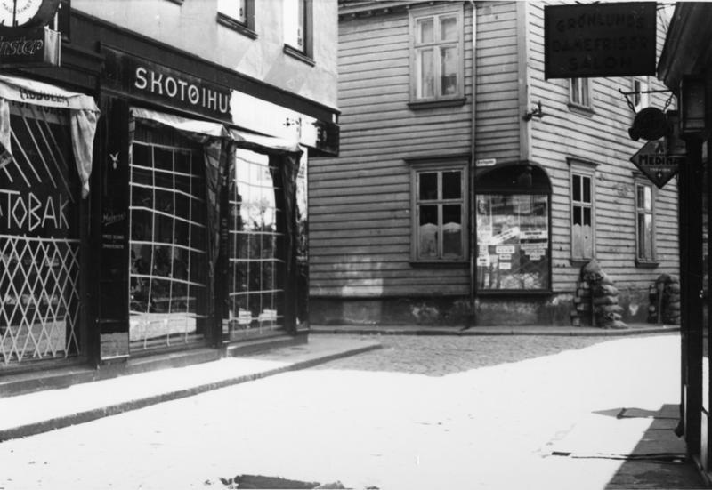 Sandsekker langs husveggen i Kirkegaten.