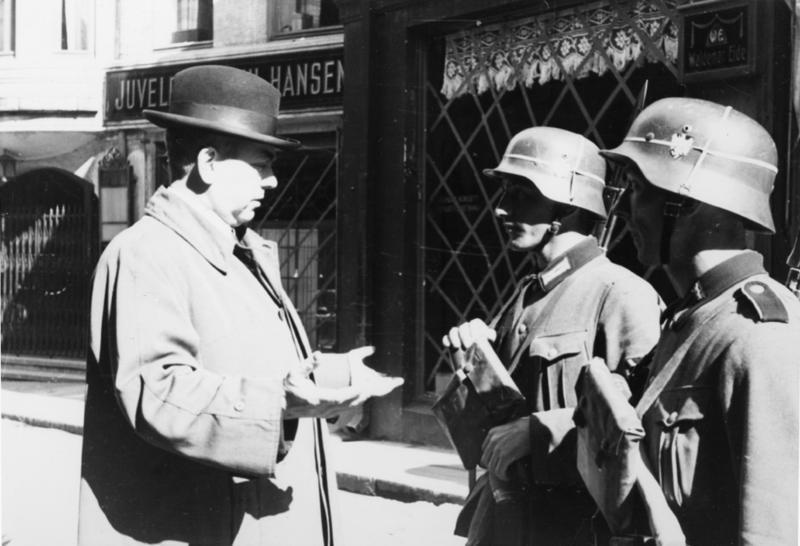 Tyske soldater i samtale med sivil person.
