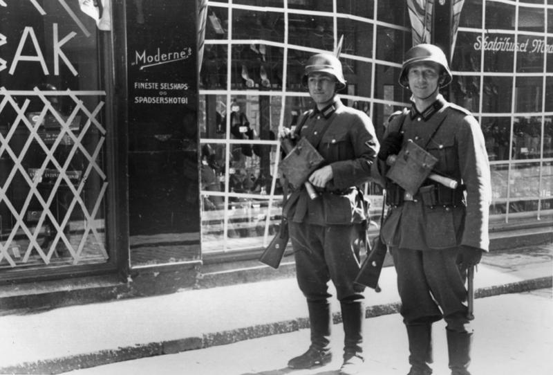 Tyske soldater foran Skotøjhuset i Kirkegaten.