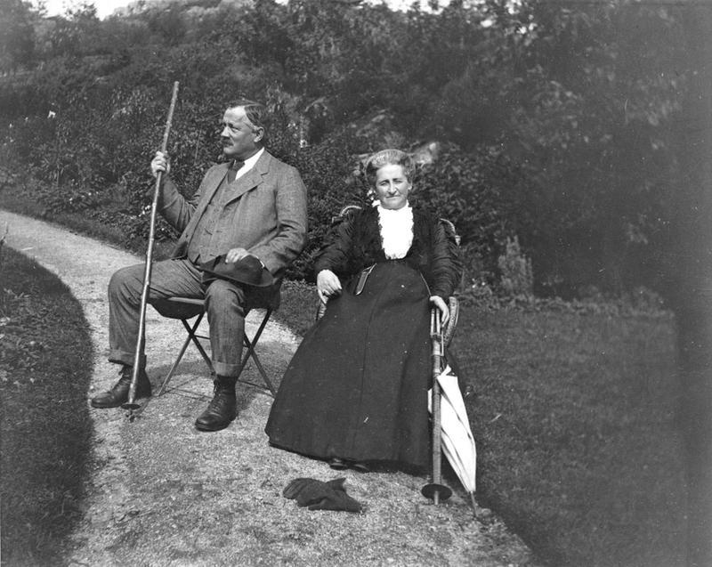 Walter og Alice Archer i eldre år i hagen på Rophaug.