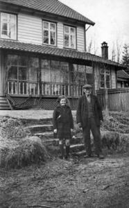 Esther Joy Archer og Ola Bårdsen i hagen. Bildet er teke like før 1940. Ola Bårdsen hadde frå ung alder vore gardsgut og hjelpesmann for Archer. Han var også med dei til England, fekk seg arbeid der på ein storgard og vart verande i tre år. Etter at Archerfamilien kjøpte tilbake Rophaug i 1937, var Bårdsen som ein vaktmester for dei.