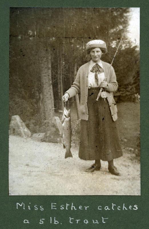 """Interessa for elvefiske gjekk i arv i Archer-familien. Her har """"Miss Esther"""" (f. 1886) vore av stad og fiska seg ein ørret på 2,5 kilo, eller ein """"5 1b. trout"""" som teksten under bildet frå 1913 seier."""