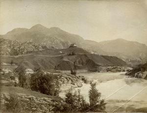 Frå Rophaug var det fritt utsyn nedover til Suldalslågen og Sandsfossen. Bildet er frå 1887.