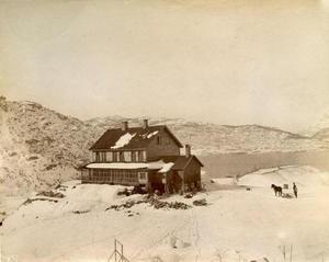 På Rophaug var det snautt og ope på denne tida. Bildet er frå vinteren 1888. To mann er i arbeid med framkøyring av stein til murarbeid rundt huset.
