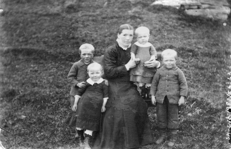 Dette fotografiet viser mest sannsynlig Lauritz Haalands fire yngste barn. Kvinnen på fotografiet er ukjent. Foto: Stavanger Sjøfartsmuseum, ST.S 1983-057-0063.