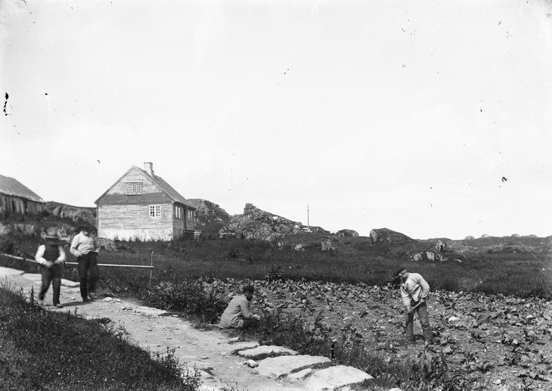 Dette fotografiet viser den gamle telegrafstasjonen på Håland, Kvitsøy. Huset står ennå. Hus og løe tilhørte Peder T. Håland, i dag tilhører det Per Gran Ydstebø. Muligens er det Lars Haaland som står i veikanten. Nordbø ligger bak til høyre. Foto: Stavanger Sjøfartsmuseum, ST.S 1983-057-0105.