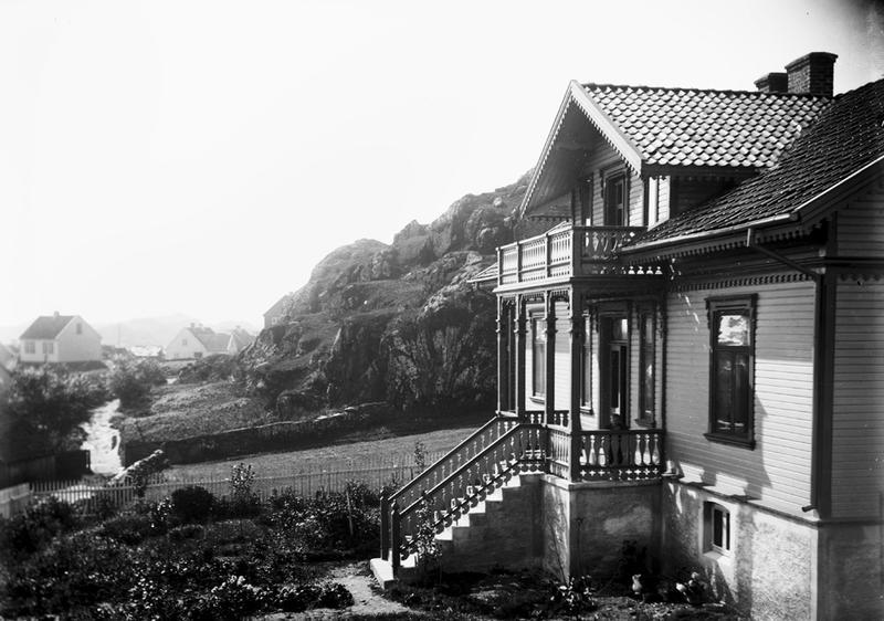 Her ser vi fronten av Lauritz og Inga Haalands villa i Ydstebøhavn på Kvitsøy. Ekteparet flyttet inn i villaen i 1889 (jmf. Statsarkivet). Foto: Stavanger Sjøfartsmuseum, ST.S 1983-057-0202