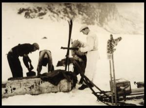 Kontainere fra et illegalt slipp graves opp fra snøen. Målandsvannet i Årdalsheia, februar 1945. Foto: Smedvigsamlingen/Kulturhistorisk avdeling.