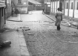 Krigshandlinger ble en del av Stavangerfolks hverdag. Her ligger en udetonert bombe i Nedre Strandgate i aprildagene 1940. Foto: Ørvar Michaelsens samling/ Stavanger maritime museum.