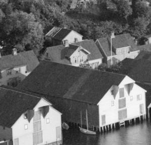 E. H. Torjusens atelier i Strandgaten i Egersund, fotografert i 1896 av Petter Arnfinn Flak. DFF-AF0107 (utsnitt).