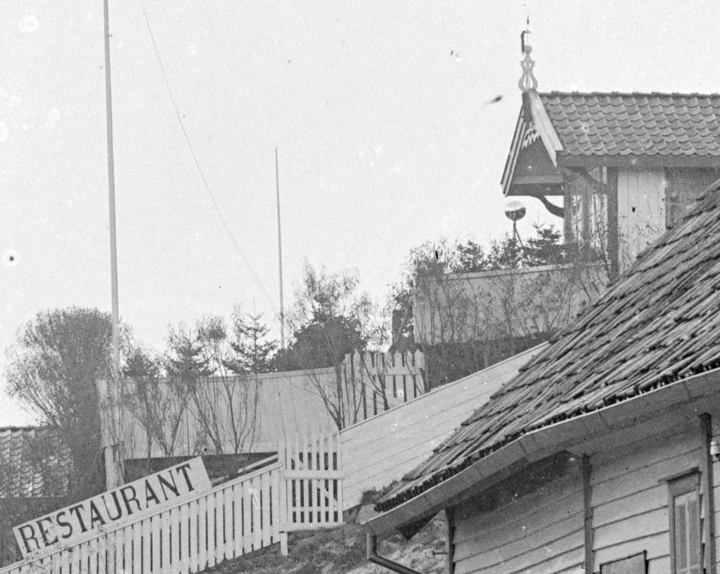 Restaurant Gibraltar i Egersund lå opp en bratt bakke rett etter dampskipskaien i Egersund. Ca. 1900. Foto: Erik Hadland Torjusen, DFF-EHT0304 (utsnitt).