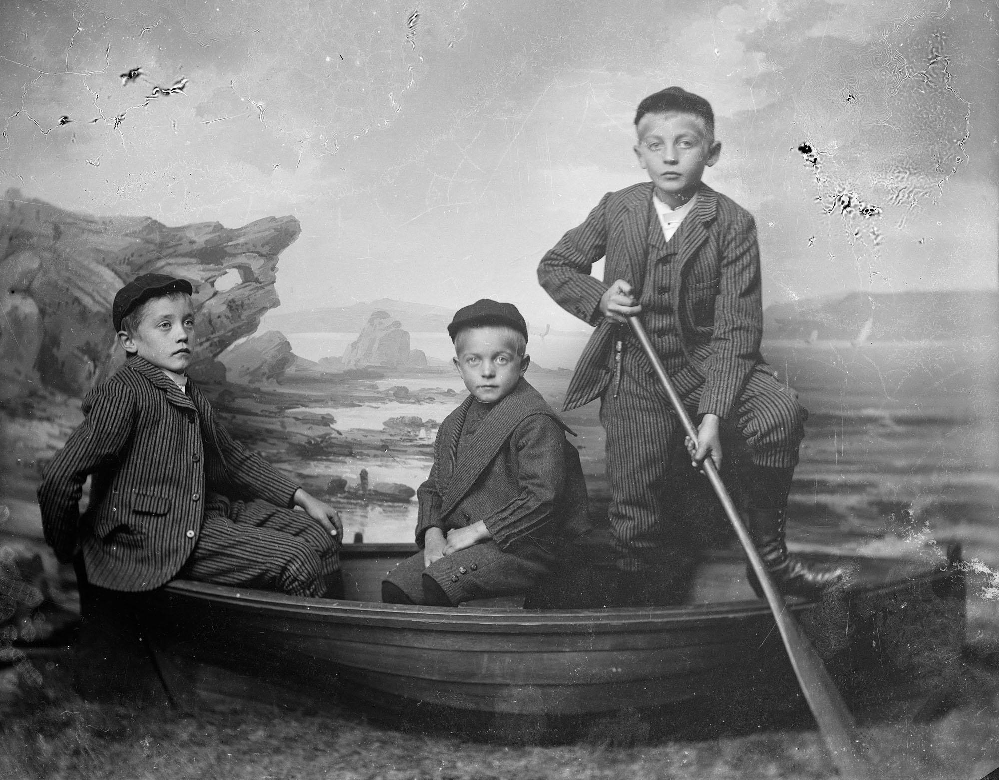 Sønnene til dampskipsekspeditør Jakob Fredrik de Rytter Hiorth og Kaja Sevaldsen Hiorth. Fra venstre: 1: Anders Sevaldsen Hiorth, 2: Thorald Schlytter Hiorth, 3: Jacob de Rytter Hiorth.
