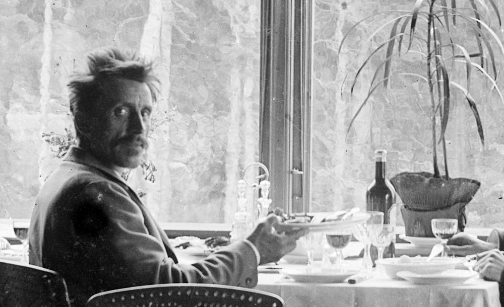 Fotograf Erik Hadland Torjusen på ukjent restaurant eller spisesal, antageligvis i Holmenkollen i Oslo. Foto tatt mellom 1887-1903. Foto: E. H. Torjusen, DFF-EHT0285 (utsnitt).