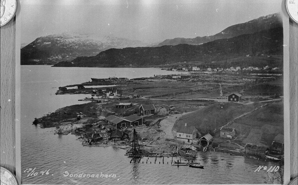 Sønnåhamn i Sauda hausten 1916. Det var enno heilt i byrjinga av anleggstida. Ei brygge er under bygging og ei kran har kome på plass. I det kvitmåla huset i vika til venstre hadde Saudefaldene kontor den første tida.
