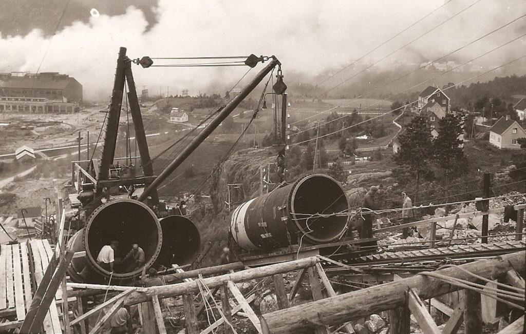 Det var eit strevsamt og møysommeleg arbeid å få på plass svære røyr til røyrgatene i bratte fjellsider.