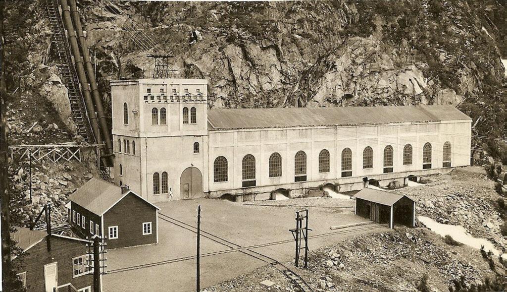 Stasjon I ved Storlivatnet vart bygd i åra 1916-1920. Prøvedrift kom i gang frå 20. oktober 1919, og frå då av var A/S Saudefaldene i gang som kraftprodusent. Bygningen er i typisk kraftstasjonsarkitektur frå si tid.