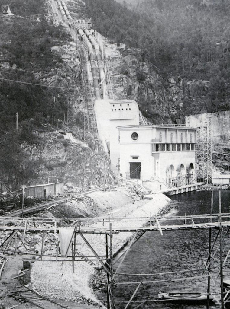 Stasjon III i Sønnåhamn i 1930, snart klar for prøvekøyring. På denne tid vart kraftstasjonar framleis bygde ute i dagen og røyrgata ført nedover fjellsida bak stasjonsbygningen. Seinare vart både kraftstasjon og tilførselssjakt for vatnet bygt inne i fjellet.