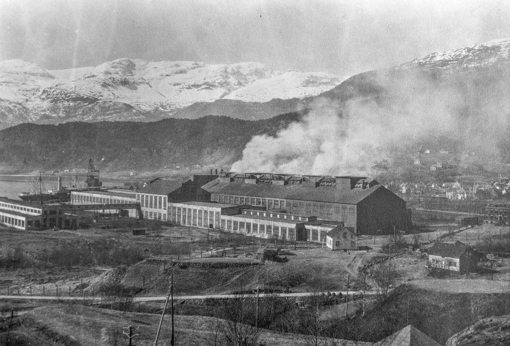 Anleggstida er over, EFP sin fabrikk på Klubben i Sauda er i gang. Det skjedde i 1923. Den opprinnelege planen var at EFP skulle produsera karbid, og det var ein karbidfabrikk som vart bygd. Den stod ferdig i 1920, men den kom aldri i drift fordi det ikkje lenger var marknad for karbid. I staden vart anlegget ombygt til produksjon av ferrolegeringar.