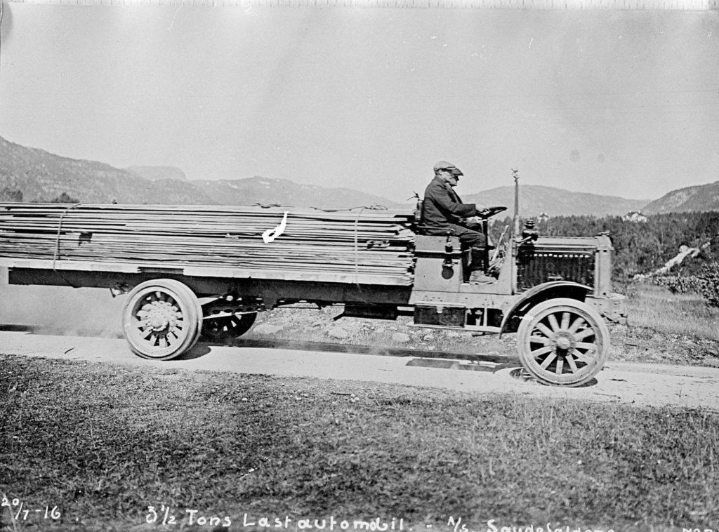 Det var hesten som var den viktigaste trekkrafta i anleggstransporten dei første åra. Men dei byrja også å ta i bruk bilar. Her køyrer ein 3,5 tonns «Lastautomobil» material til Saudefaldene sommaren 1916.