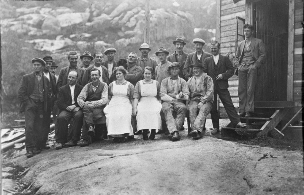 Eit brakkelag med anleggsfolk og kokker under kraftutbygginga ved Dalvatnet i Sauda i 1920.