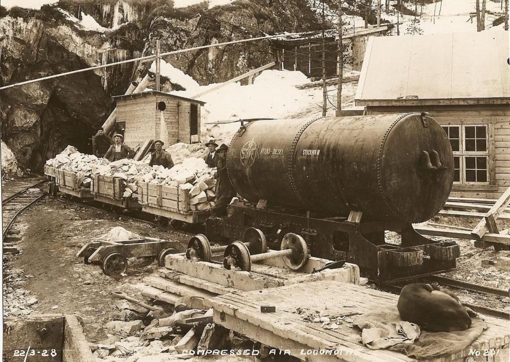 Tonnevis av stein vart transportert ut med hest frå tunnelane. Med skinnegangar og vogner (vaggar) gjekk arbeidet lettare. Lokomotiv drivne av pressluft (compressed air locomotive) vart også teke i bruk. Bildet er frå vinteren 1928.