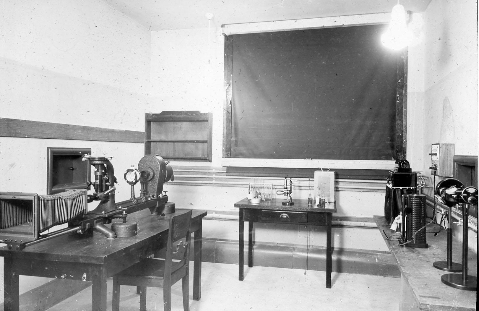 Optisk laboratorium. Foto: MUST. Fotograf: ukjent.