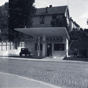 Lars Storhaug tegnet også en rekke næringsbygg; her en bensinstasjon i Kongsgata 48. Foto: Ukjent