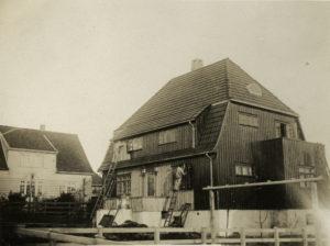 Oppføringen av villaen i Christian IVs gate 17 dokumenteres over flere bilder i Lars Storhaugs arkiv. Her males huset. Foto: Ukjent