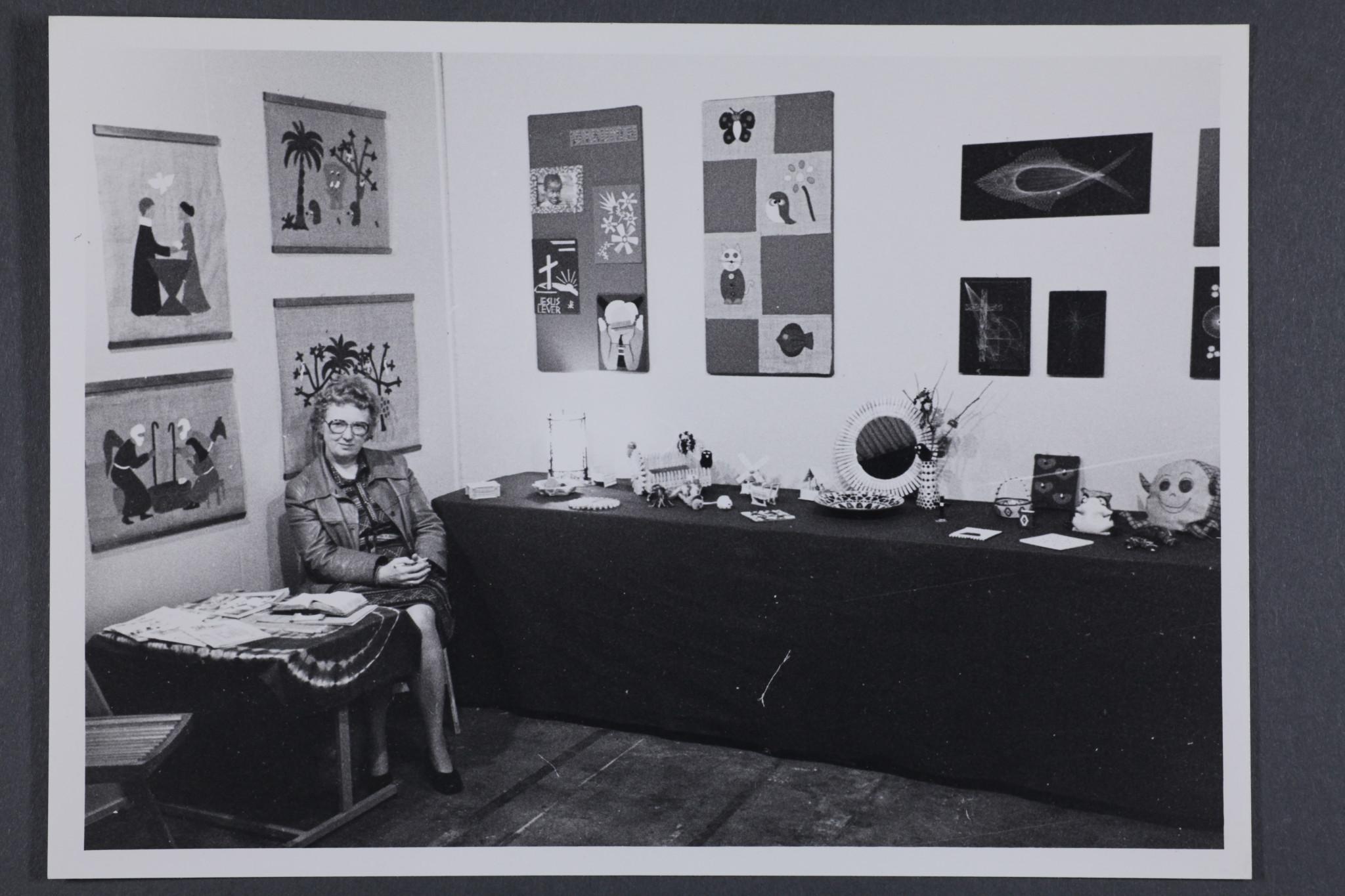 """""""Utstilling under G.F. i Bergen 79"""". Gudrun Hofsmo til venstre. Generalforsamlingen for Det Norske Misjonsselskap ble arrangert 21-25. juni 1978. Hobbysentralen i NMS hadde utstillingen."""