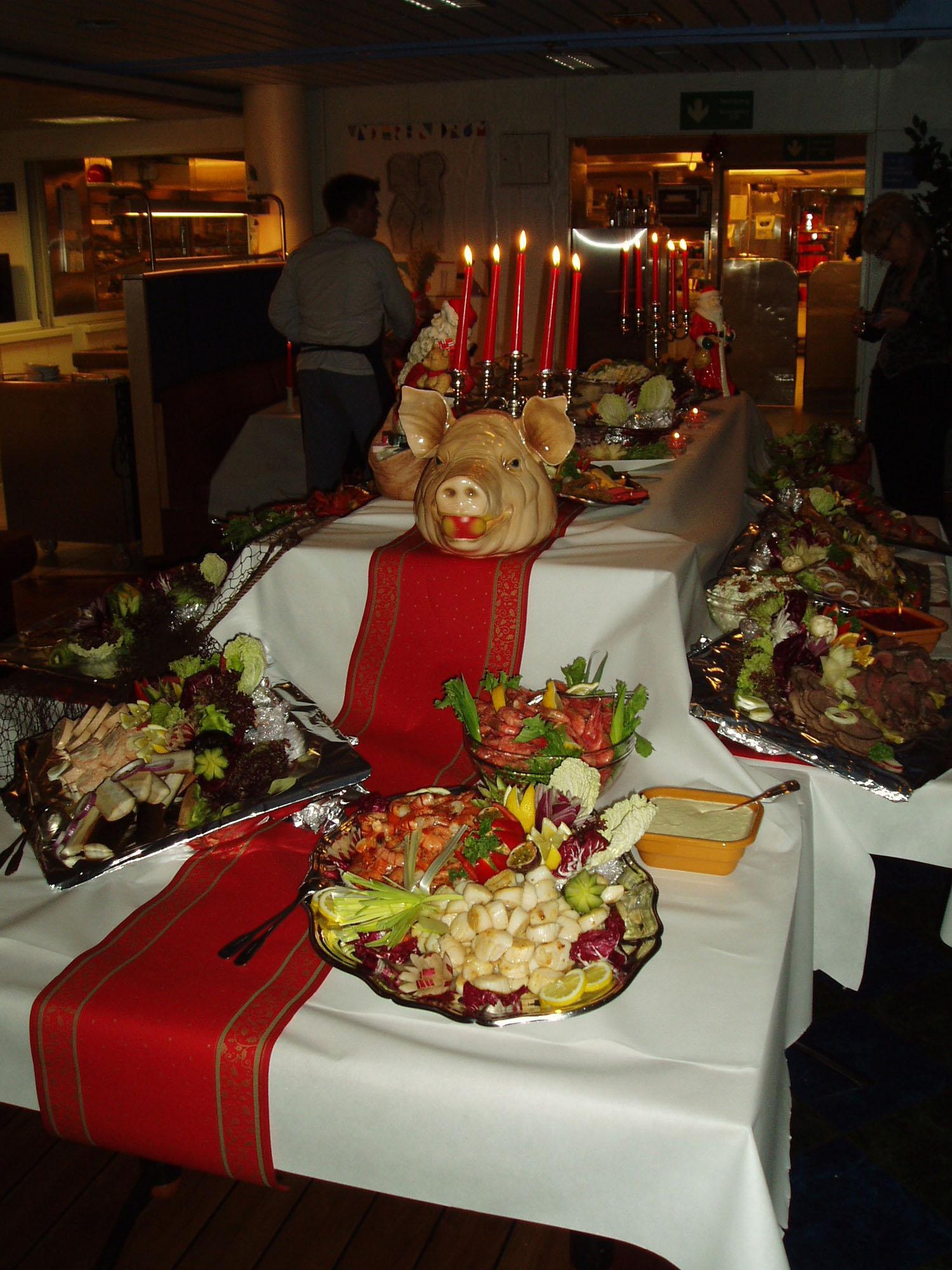 Måltidene offshore har hatt stor betydning for de ansatte helt siden starten. Her er julebuffeten dekket med blant annet sjøkreps, reker, kamskjell, forskjellige typer kjøtt, kabaret og diverse salater. Foto: Ukjent