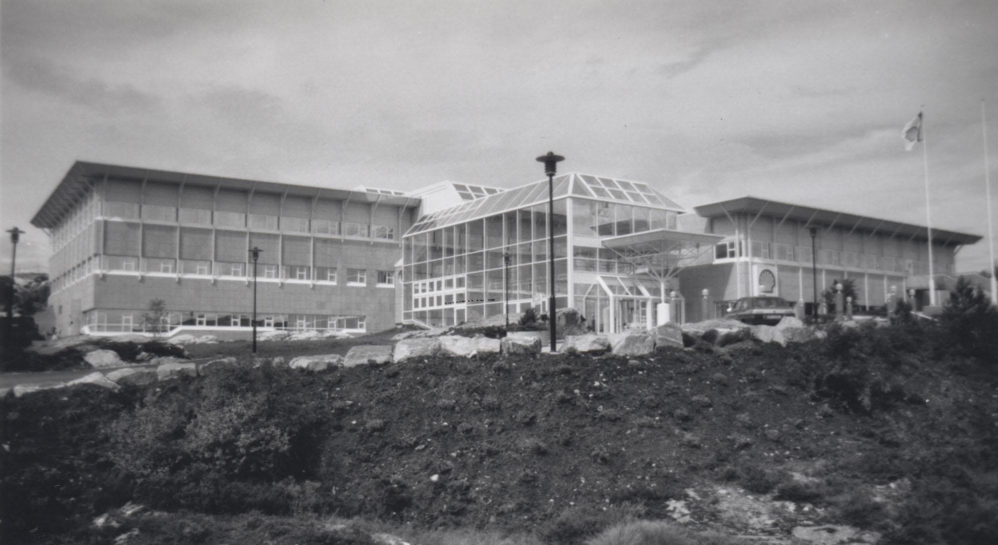 Norske Shell AS' hovedkontor stod klart på Råket i Kristiansund 1992. Draugenutbyggingen har hatt store ringvirkninger i Kristiansund, som er base- og driftsby for feltet. Foto: Ukjent
